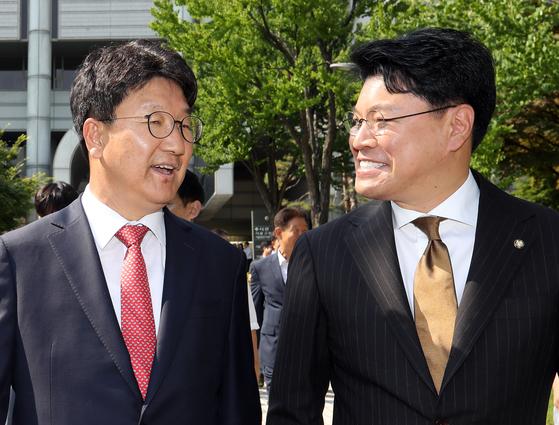 무죄 선고 이후 미소 짓는 권성동 의원(왼쪽)과 장제원 의원. [연합뉴스]