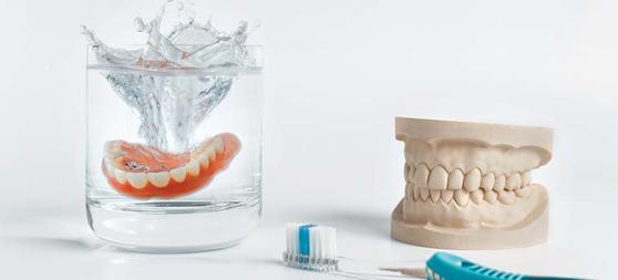 틀니 관리를 잘못하면 입속에 염증이 발생해 구강 건강을 해친다. 틀니는 세정제가 있는 물에 담가 관리해야 한다.[중앙포토]