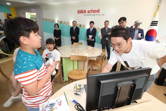 KT는 27일 경기도 파주시 대성동마을에 5G 기반의 다양한 솔루션을 적용한 'DMZ 대성동 5G 빌리지'를 구축했다. 대성동초등학교 학생들이 ICT솔루션을 활용한 교육프로그램을 체험하고 있다. [사진 KT]