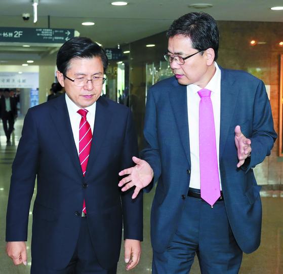 황교안 자유한국당 대표(왼쪽)와 곽상도 의원이 지난 20일 국회에서 열린 대국민 토론회 참석 후 대화를 나누고 있다. [중앙포토]