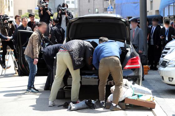 한 압수수색 현장에서 수사관들이 차량 내부를 조사하고 있다. 사진은 기사와 관련이 없음. [연합뉴스]