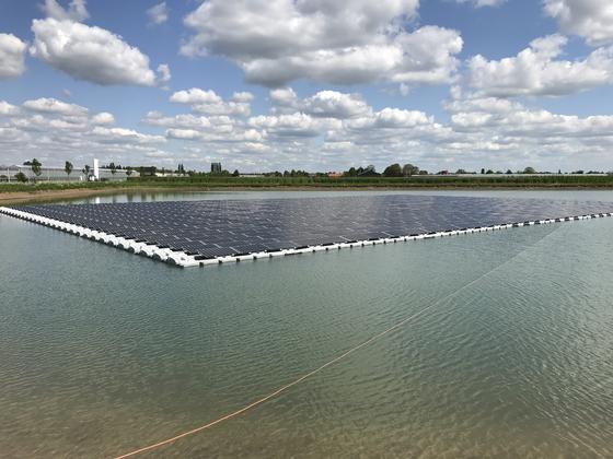 지난해 6월 한화큐셀이 모듈을 공급한 네덜란드 린지위드 수상태양광 발전소 모습. [사진 한화큐셀]