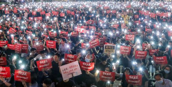 수천명의 홍콩 시민들이 26일 밤 핸드폰 불빛을 밝히고 야간시위를 벌이고 있다.[EPA=연합뉴스]