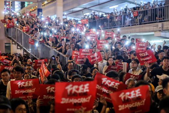 수천명의 홍콩 시민들이 26일 밤 핸드폰 불빛을 밝히고 도심 야간시위를 하고 있다.[EPA=연합뉴스]