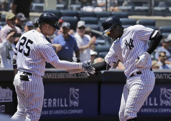 2회 홈런을 치고 홈으로 들어오고 있는 양키스 디디 그레고리우스. [AP=연합뉴스]