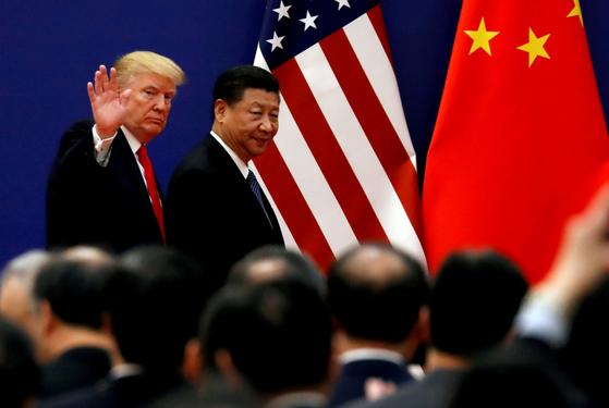 지난 2017년 11월 9일 중국을 방문한 도널드 트럼프 미 대통령이 시진핑 중국 국가주석과 함께 경제계 인사들을 만나러 행사장에 들어서고 있다. [로이터=연합뉴스]