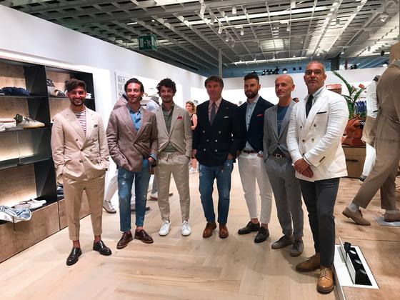 2019년 6월 13일 이탈리아 피렌체에서 열린 '피티워모96' 현장에서 만난 브루넬로 쿠치넬리(가운데)와 그의 직원들.