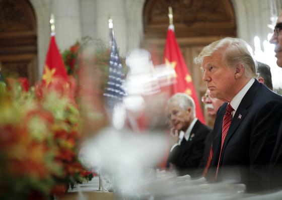 도널드 트럼프 미 대통령이 지난해 12월 아르헨티나에서 시진핑 중국 국가주석과 만나 회담하면서 시 주석의 말을 귀 기울여 듣고 있다. [AP=연합뉴스]