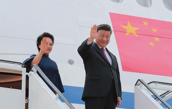 시진핑 중국 국가주석이 27일 2박 3일 일정으로 G20(주요 20개국) 정상회의에 참석하기 위해 일본 오사카로 출발했다. 사진은 지난 21일 북한 방문을 위해 베이징을 떠날 때의 모습. [AP=연합뉴스]