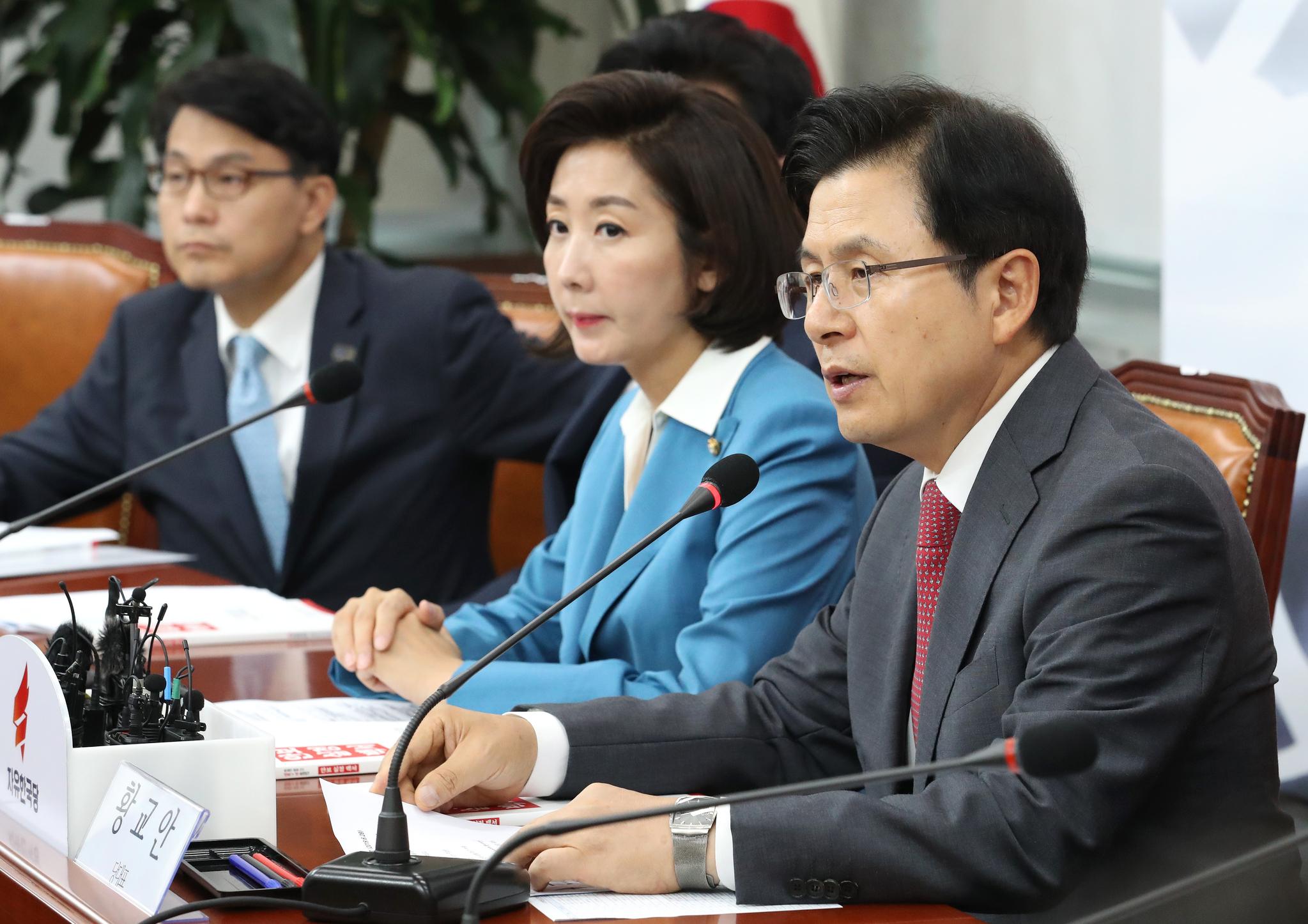 자유한국당 황교안 대표(오른쪽)가 28일 오전 국회에서 열린 북핵외교안보특위에서 발언하고 있다. [연합뉴스]