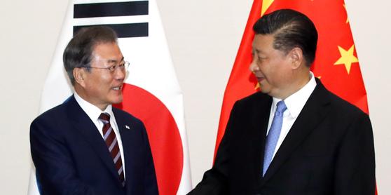 G20 정상회의 참석차 일본을 방문한 문재인 대통령이 27일 오후 오사카 웨스틴호텔에서 시진핑 중국 국가주석과 회담하기에 앞서 악수하고 있다. [연합뉴스]