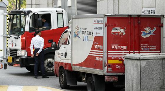 25일 서울 광화문 우체국에 우편물을 실을 차량이 들어가고 있다. [뉴스1]