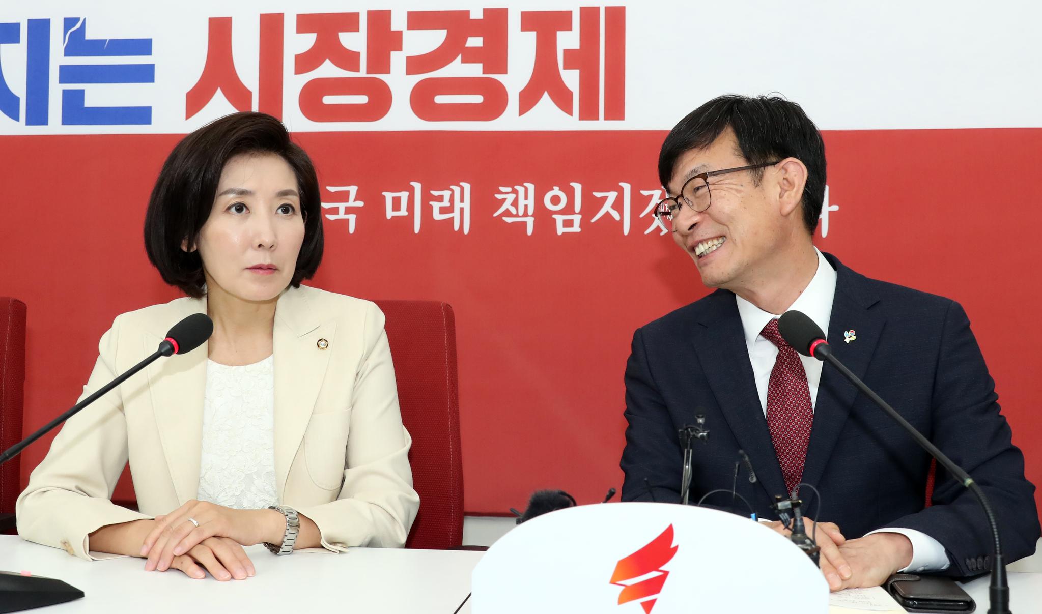 나경원 자유한국당 원내대표가 27일 오후 국회를 찾은 김상조 청와대 정책실장과 이야기를 나누고 있다. 변선구 기자