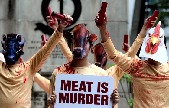 최근 고깃집에서 돼지의 목숨은 돼지 것이라며 시위한 사람이 화제였다. 그에게 여러 비판이 쏟아졌는데, 그의 시위를 일종의 강요로 느낀 사람도 있을 것이다. 사진은 2018년 세계 채식주의자의 날을 기념해 인도에서 채식주의자들이 '육식은 살인이다'라는 팻말을 들고 시위하는 모습. [EPA=연합뉴스]