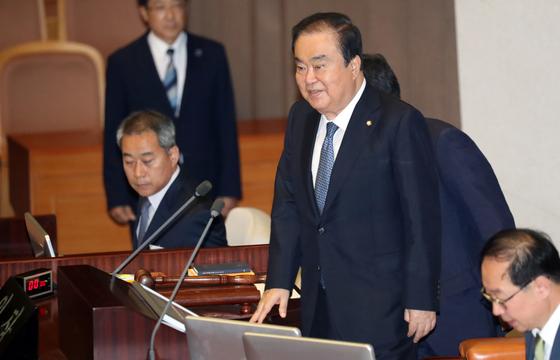 문희상 국회의장이 의장석에 들어서며 밝은 표정을 짓고 있다. [중앙포토]