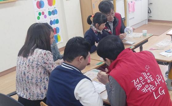 봉사활동을 펼치는 LG전자 임직원들. [사진 LG전자]
