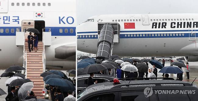 G20 정상회의에 참석하는 문재인 대통령과 김정숙 여사가 27일 오후 오사카 간사이 국제공항에 도착한 공군 1호기에서 내리고 있다. 오른쪽은 시진핑 중국 국가주석의 전용기가 27일 도착한 모습. [연합뉴스]