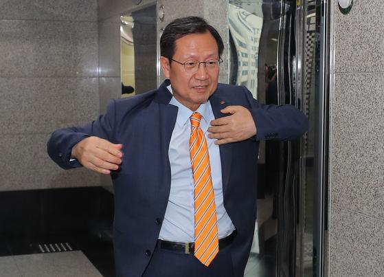김종갑 한국전력 사장이 28일 오후 서울 서초구 한전아트센터에서 열린 임시이사회에 입장하고 있다. [뉴스1]