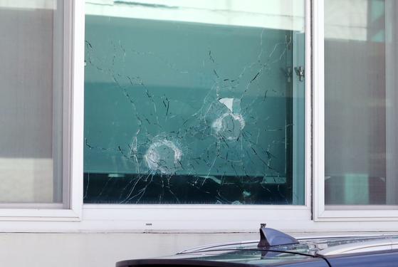 지난해 8월 경북 봉화군 소천면사무소에서 발생한 엽총 난사 사고로 공무원 2명이 숨지고 주민 1명이 부상을 당했다. 면사무소 유리창에 탄흔이 선명하다. [뉴스1]
