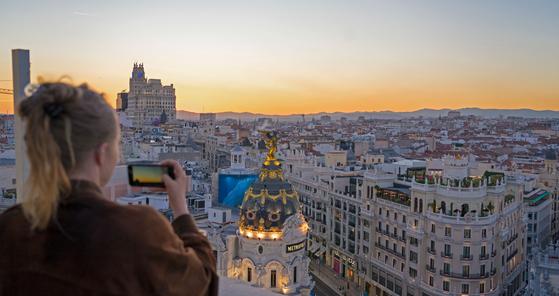 마드리드 여행은 전 세계 축구 팬의 버킷리스트로 꼽힌다. 멀리서 보면 평온한 중세 도시지만, 사람들이 몰리는 광장이나 레알 마드리드의 홈구장, 스포츠 펍이 있는 골목 안쪽으로 들면 느낌이 또 다르다. 365일 축구 열기로 뜨겁다.