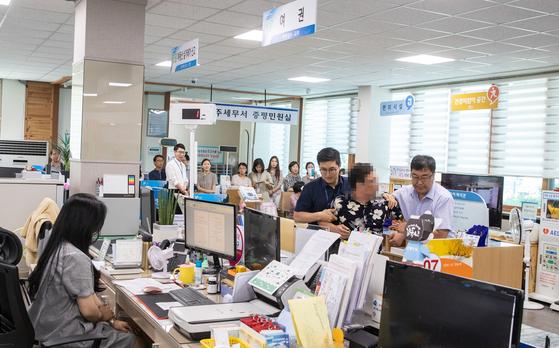 지난 25일 충북 증평군청 민원실에서 공무원을 상대로 폭언과 폭행을 하는 민원인을 제압하는 모의훈련이 이뤄졌다. [사진 증평군]