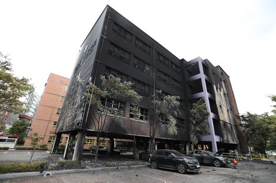 화재 사고가 발생한 서울 은평구 은명초등학교의 외벽이 27일 오전 검게 그을려 있다. [연합뉴스]