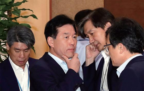 지난해 8월 청와대 수석보좌관 회의에 참석한 윤종원 경제수석, 정태호 일자리수석, 조국 민정수석(왼쪽부터). / 사진:청와대 사진기자단