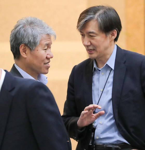 청와대 여민관에서 대화를 나누는 김수현(왼쪽) 전 대통령 정책실장과 조국 민정수석. [청와대사진기자단]