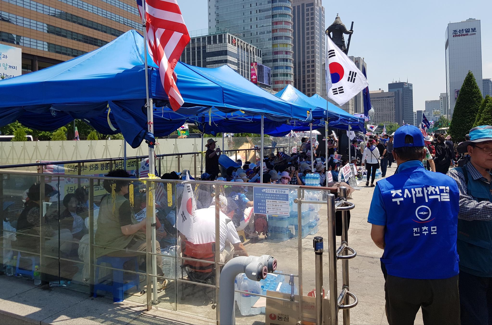 우리공화당 측이 25일 오후 서울 광화문광장에 천막을 설치한 모습. [뉴스1]