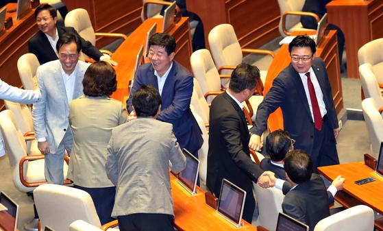 국회 본회의가 28일 자유한국당 의원들이 참석한 가운데 열렸다. 의원들이 본회의장으로 입장하며 서로 인사를 나누고 있다. [중앙포토]