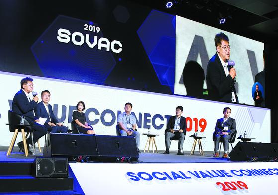 사회적 가치를 주제로 열린 '소셜밸류커넥트 2019'에서 패널들이 토론을 진행 중이다. [사진 SK그룹]