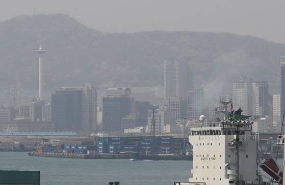 지난 4월 9일 항구 내 선박에서 미세먼지가 배출되는 가운데 부산타워와 부산항 일대가 뿌옇게 보이고 있다. [연합뉴스]