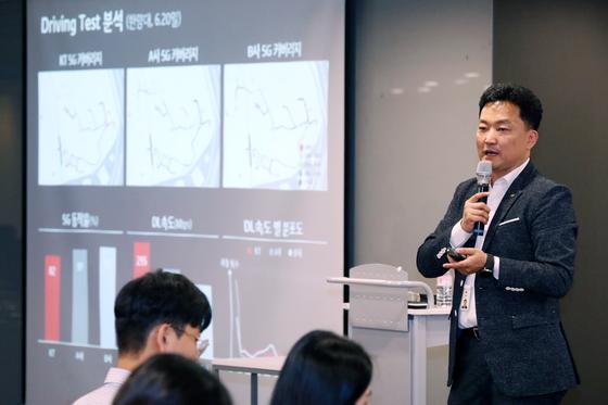 김영인 KT 네트워크전략담당 상무가 26일 오후 서울 종로구 KT 광화문 웨스트에서 기자들에게 KT의 5G 속도 및 커버리지를 설명하고 있다. [뉴스1]