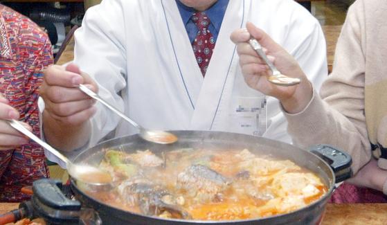 찌개나 국을 한 그릇에 담아 나눠먹는 식습관으로 가족 간에 헬리코박터 균이 전파될 수 있다. [중앙포토]