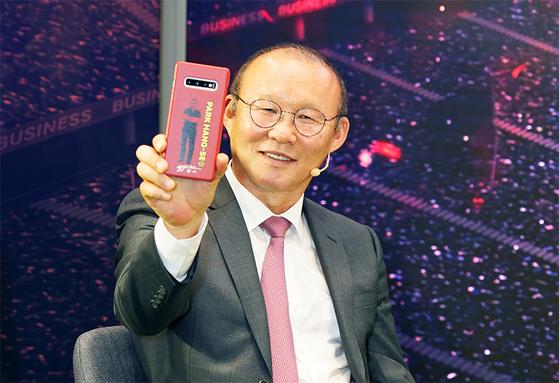 삼성전자는 베트남에서 '갤럭시 S10 박항서 에디션'을 한정판매로 출시했다. '박항서폰'을 들고 포즈를 취한 박항서 감독. [연합뉴스]