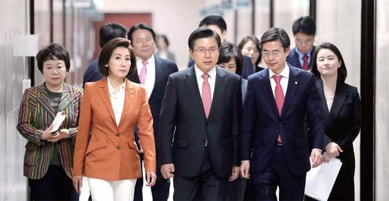 """황교안(앞줄 가운데) 자유한국당 대표와 지도부들. 황 대표는 '박근혜 전 대통령이 여성의 몸으로 감당하기 어려운 상황에 계시다""""고 말했다."""