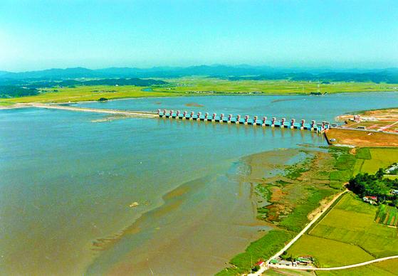 금강하굿둑 개방 문제가 논란이다. 이 둑은 충남 서천군 마서면과 전북 군산시 성산면 사이에 건설됐으며 길이는 1.8㎞에 이른다. 정부가 1990년 농업용수 공급 등을 위해 만들었다. [중앙포토]