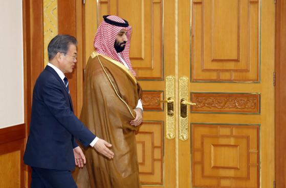 문재인 대통령과 무함마드 빈 살만 사우디아라비아 왕세자가 26일 오후 청와대에서 열린 한-사우디 양해각서 체결식에 참석하고 있다. [연합뉴스]
