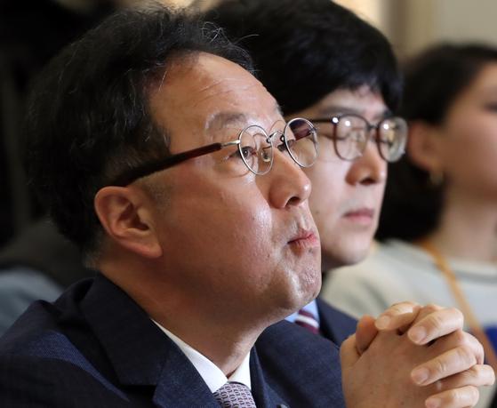 지난 4월 1일 서울 중구 프레스센터에서 열린 인보사 판매중단 기자간담회에 참석한 이우석 코오롱생명과학 대표이사 [연합뉴스]
