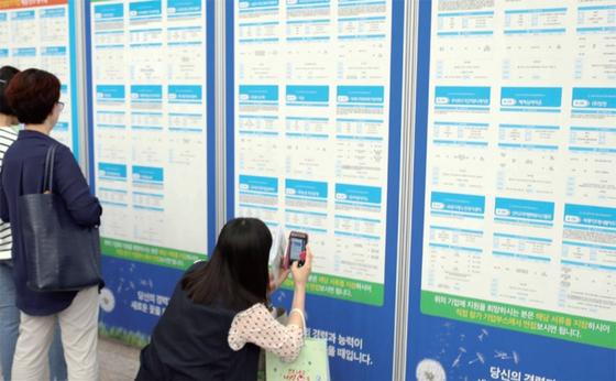 6월 12일 부산시청에서 열린 부산 여성 취·창업박람회에서 시민들이 채용정보를 살펴보고 있다. / 사진:연합뉴스