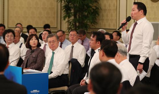 문재인 대통령(앞줄 왼쪽 세 번째)이 '2019년 기업인과의 대화'에서 최태원 SK 회장의 질문을 듣고 있다. [사진 청와대사진기자단]