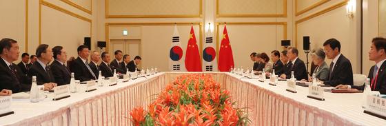 문재인 대통령이 27일 오후 일본 오사카 웨스틴호텔에서 시진핑(習近平) 중국 국가주석과 한·중 정상회담을 하고 있다. [청와대사진기자단]