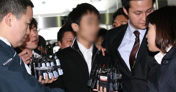 지난 2009년 3월 분당경찰서에 당시 이미숙씨의 매니저 유모씨가 피고소인 자격으로 조사를 받기위해 출두하고 있다. [중앙포토]