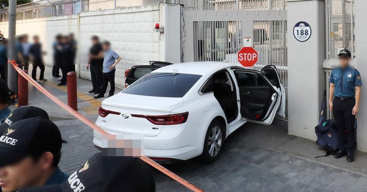 25일 오후 신원미상의 남자가 탄 승용차가 서울 종로구 주한미국대사관 정문을 들이받고 멈춰서 있다. [연합뉴스]