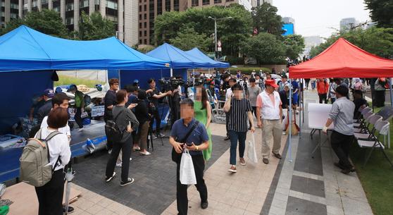 우리공화당(옛 대한애국당)은 28일 오후 서울 광화문광장에서 청계광장 일대로 천막을 옮겨 설치했다. [연합뉴스]