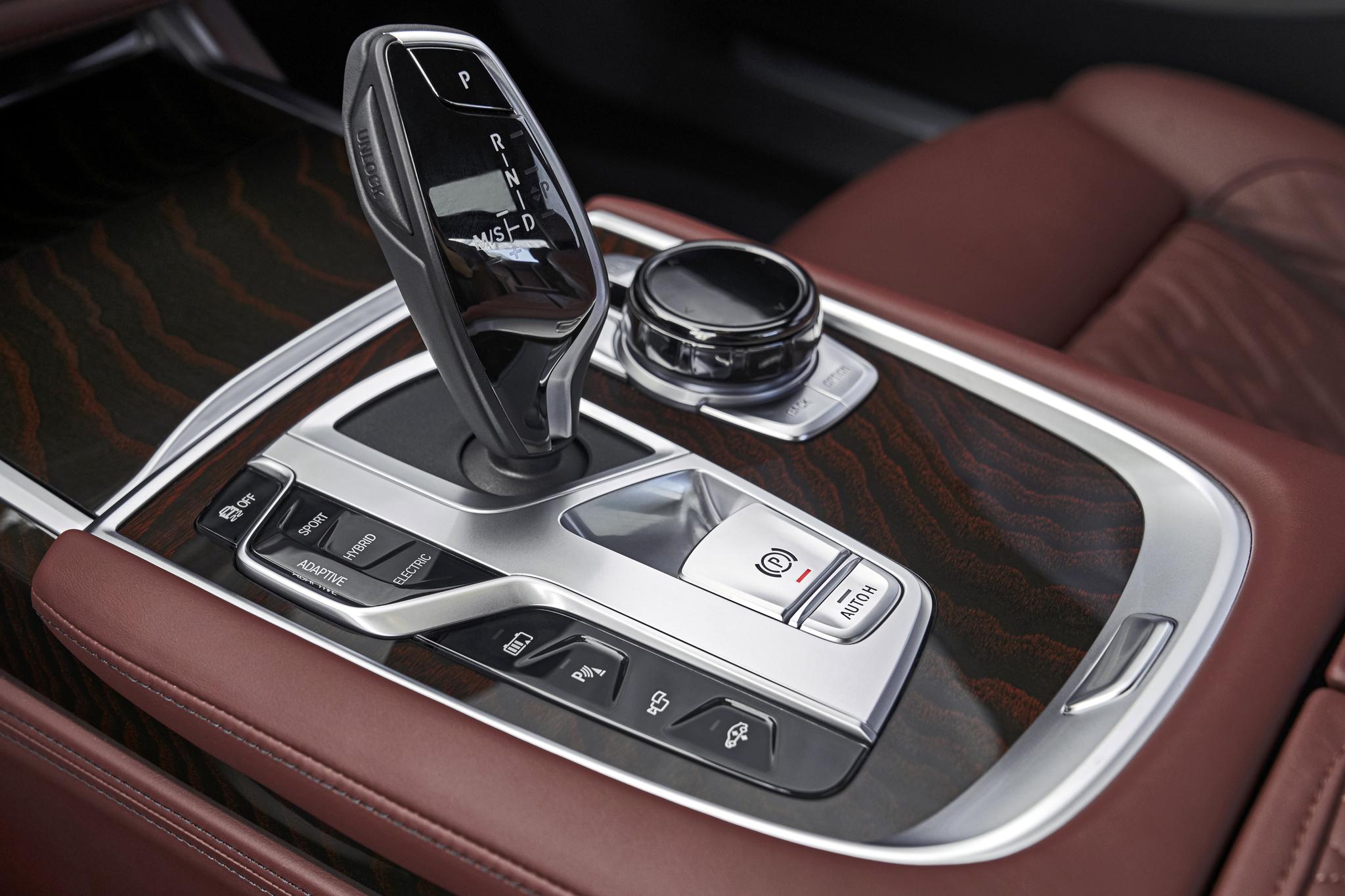 BMW 더 뉴 7시리즈에 달린 바이와이어(BW) 방식의 기어시프트레버. 주변에 각종 조작버튼이 위치해 있다. [BMW그룹]