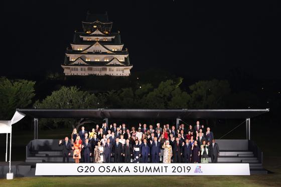 28일 열린 일본 오사카 주요 20개국(G20) 정상회의 환영행사가 오사카성공원에서 열렸다. 각국 정상들이 행사에 앞서 기념 촬영을 하고 있다. 문재인 대통령은 맨 앞줄 오른쪽에서 네 번째다. [EPA=연합뉴스]