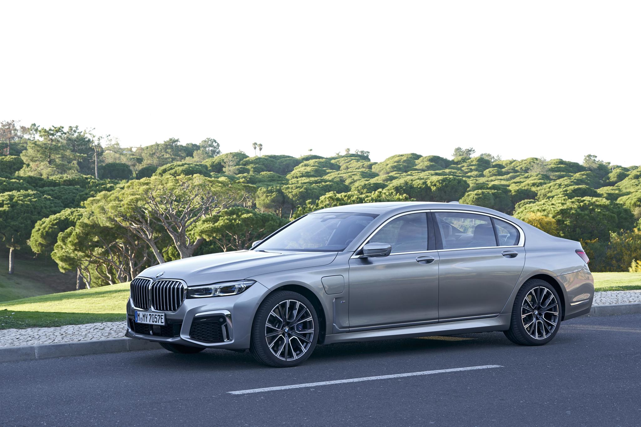 BMW 더 뉴 7시리즈의 측면 공기 흡입구는 수직형태로 바뀌었다. [BMW그룹]