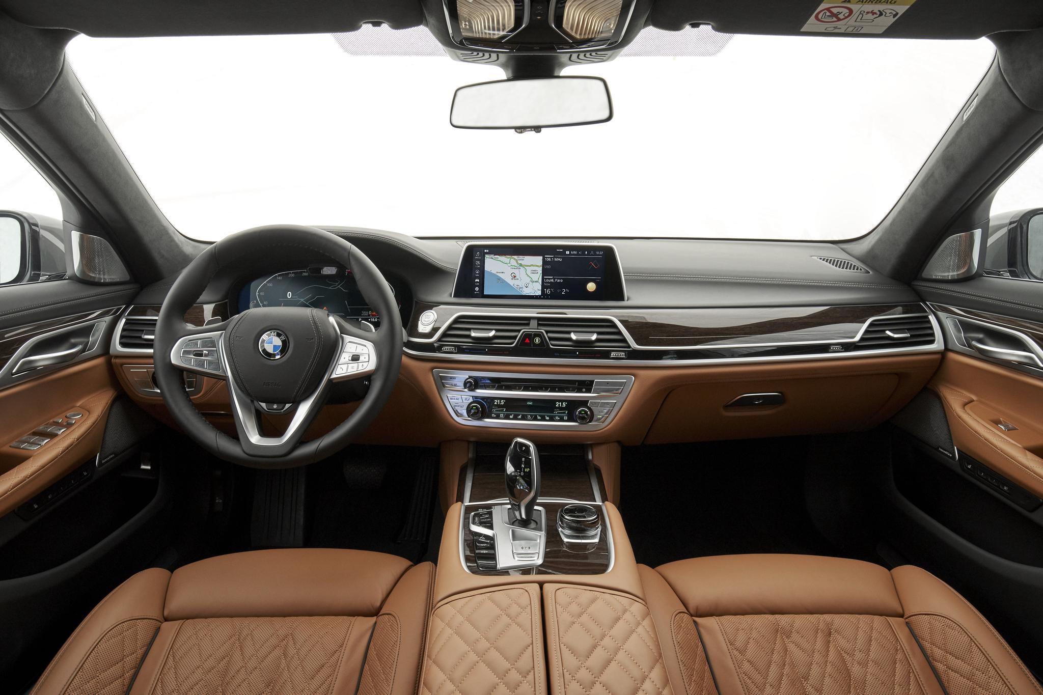 BMW 더 뉴 7시리즈의 운전석과 조수석. 퀼팅 패턴이 적용된 나파 가죽 시트가 고급스럽다. [BMW그룹]