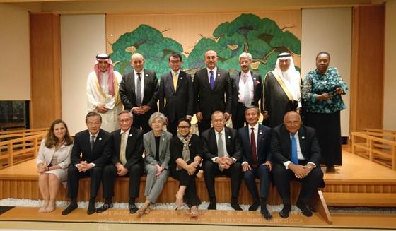 고노 다로 일본 외무상이 자신의 트위터 계정에 올린 사진. 28일 주요 20개국(G20) 정상회의를 수행하기 위해 일본 오사카를 찾은 각국 외교장관들이 기념 촬영을 하고 있다. 맨 앞줄 왼쪽에서 네 번째가 강경화 외교장관이다. [트위터 캡처]